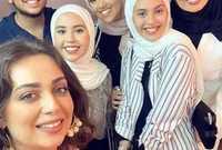 جيهان نصر مع أبنائها خلال العرض الخاص لمسرحية «الملك لير» برفقة الفنانة هبة مجدي